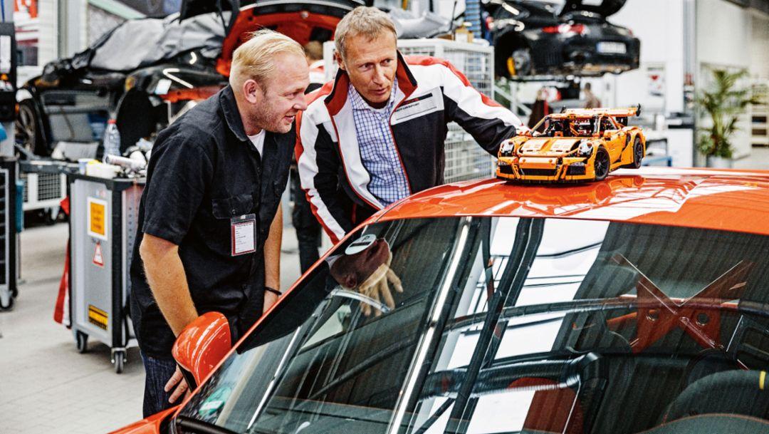 Uwe Wabra, Senior Designer bei Lego Technic (l), Andreas Preuninger, Leiter Fahrzeugprojekte Porsche, 911 GT3 RS, 2016, Porsche AG