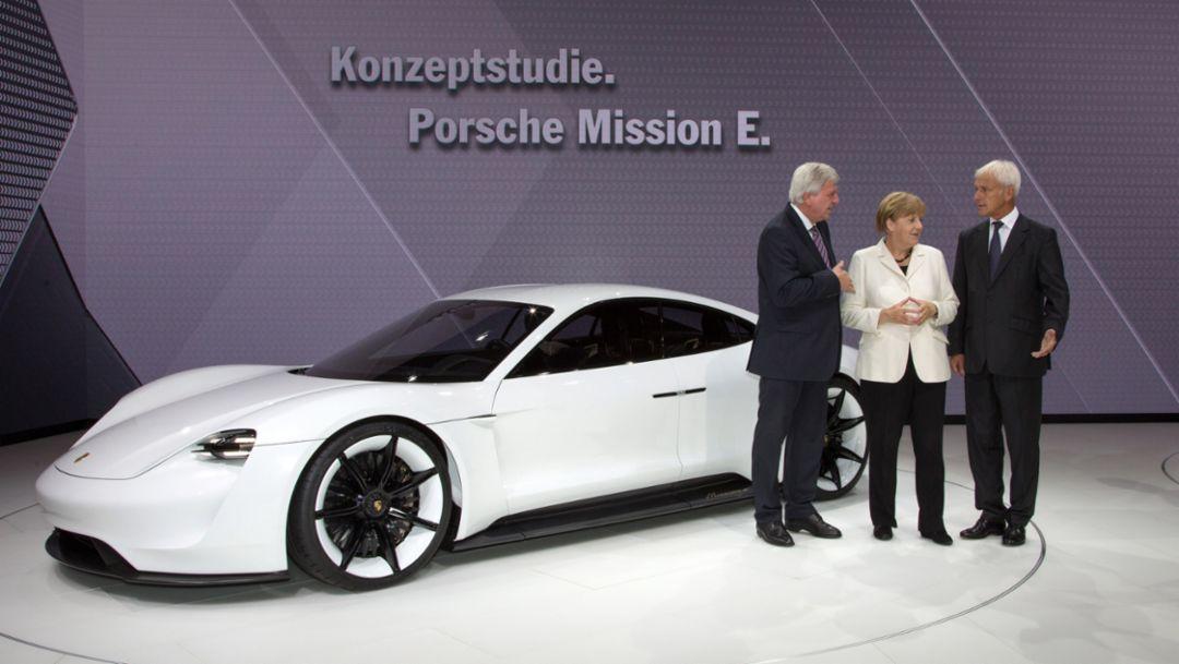 l.-r. Volker Bouffier, Ministerpräsident des Landes Hessen, Dr. Angela Merkel, Bundeskanzlerin, Matthias Müller, Vorstandsvorsitzender Porsche AG, Mission E, IAA 2015, Porsche AG