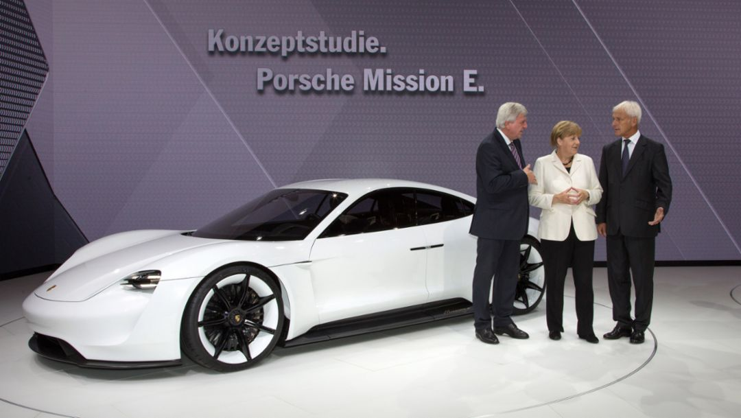 l.-r. Volker Bouffier, Minister-President Hessen, Dr. Angela Merkel, Chancellor Germany, Matthias Müller, Vorstandsvorsitzender, Mission E, IAA, 2015, Porsche AG
