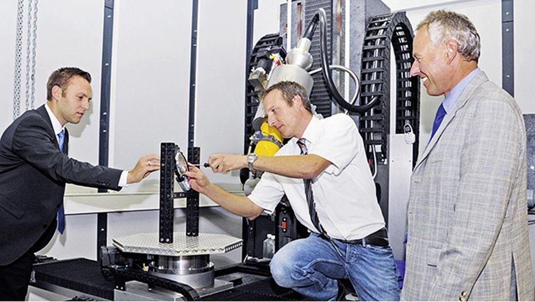 Ingo Vater, Hendrik Höhe und Uwe-Alexander Müller, Weissacher CT-Spezialisten, l.-r., im Inneren ihres garagengroßen Computertomographen, 2014, Porsche AG