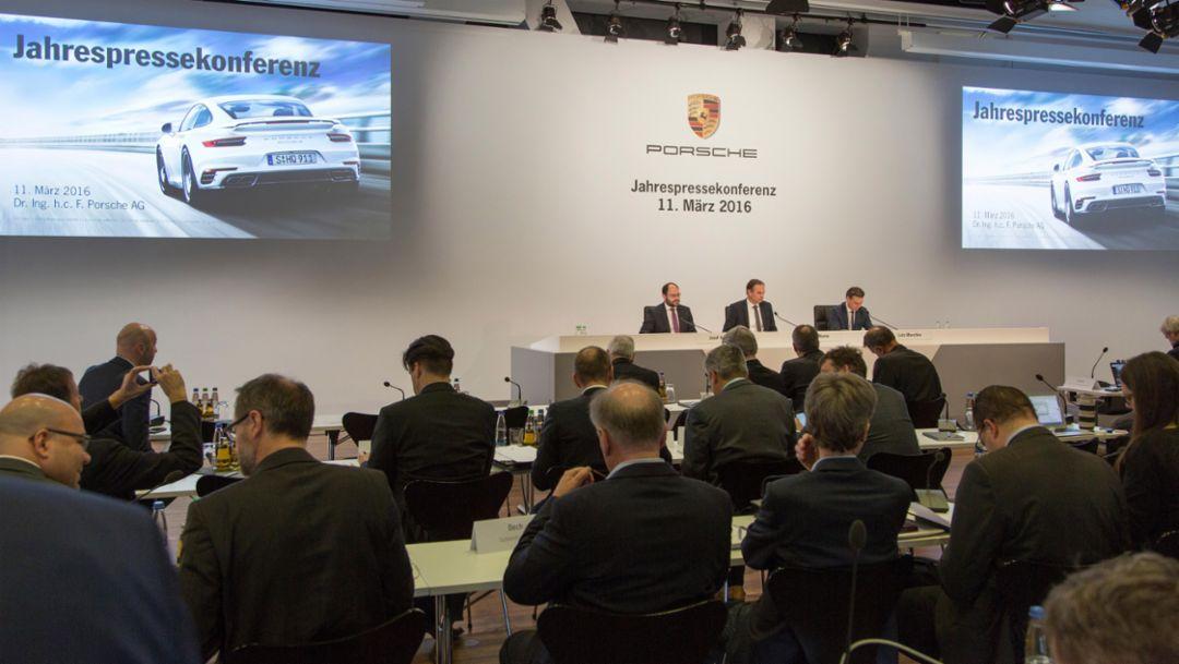 (l-r) Josef Arweck, Leiter Öffentlichkeit und Presse, Oliver Blume, Porsche-Chef, Lutz Meschke, Finanzvorstand, Jahrespressekonferenz, 2016, Porsche AG
