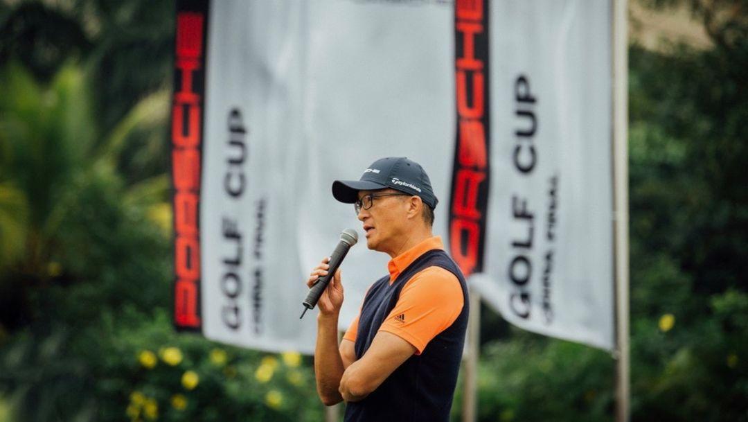 保时捷中国销售副总裁萧达先生为开球仪式致辞