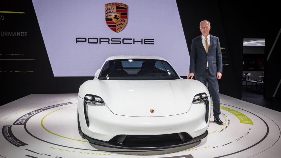 保时捷中国总裁及首席执行官严博禹博士(Dr. -Ing Jens Puttfarcken)与 Mission E 概念车
