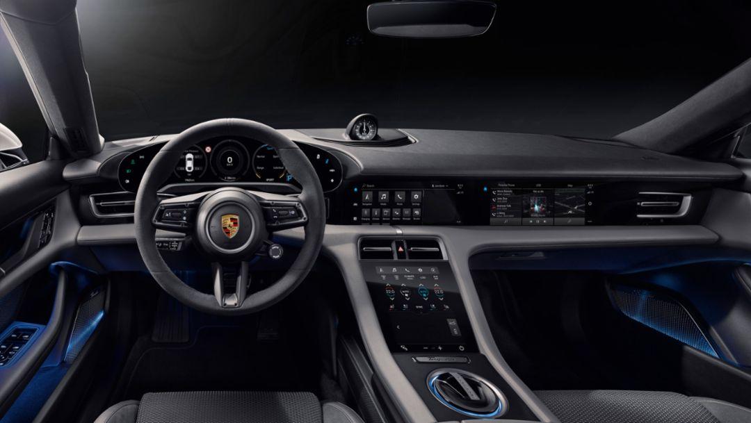 Цифровой, понятный, современный: интерьер нового Porsche Taycan