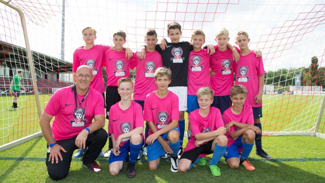 Siegermannschaft East Sider Flyer (U14), Siegerehrung, Leipziger Viertelfinale, Fußballnachwuchsturnier, Leipzig, 2016, Porsche AG