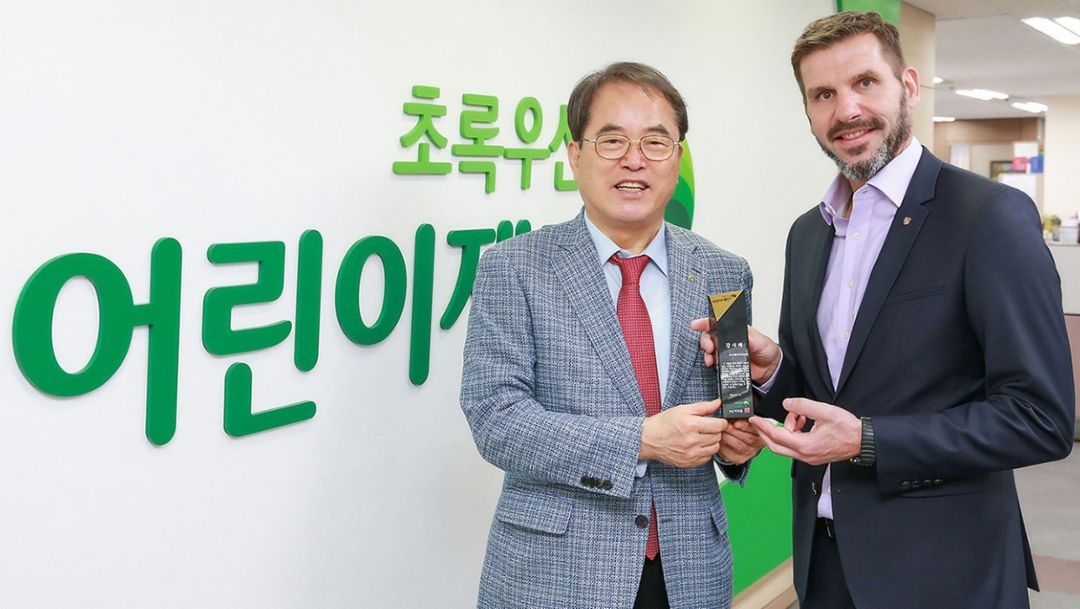 Je-Hun Lee, President of ChildFund Korea, Michael Kirsch, managing director of Porsche Korea, l-r, 2019, Porsche AG