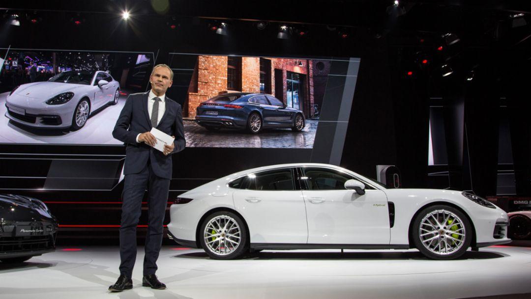 Oliver Blume, Vorstandsvorsitzender Porsche AG, Porsche Panamera 4 E-Hybrid, Autosalon Paris, 2016, Porsche AG