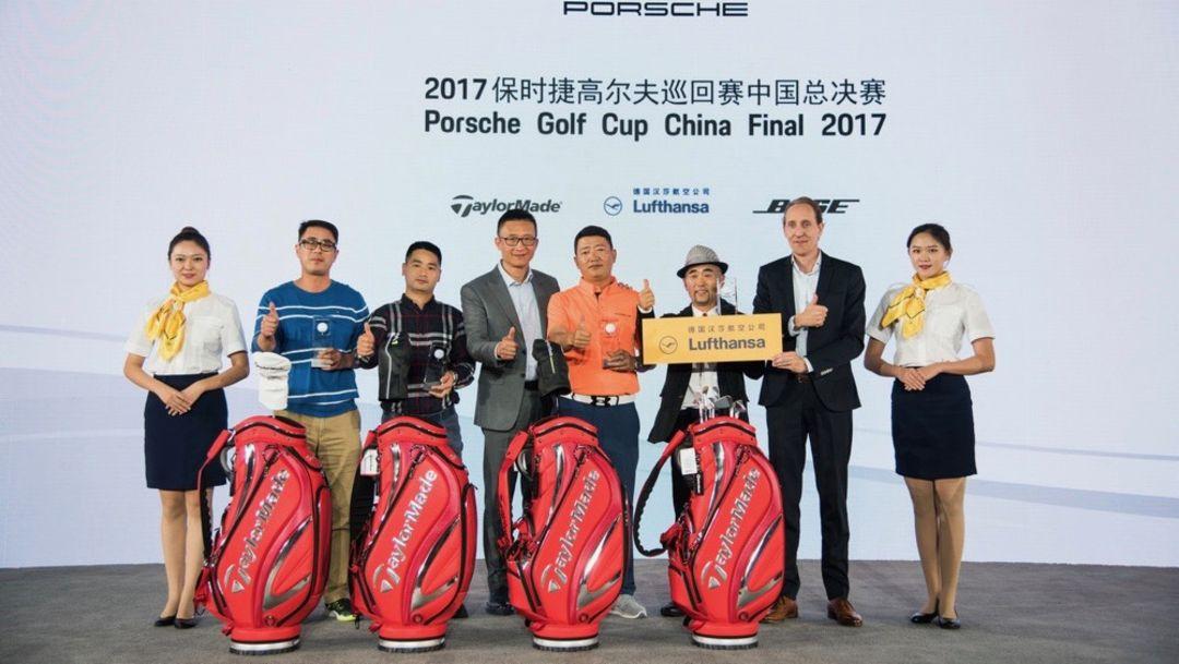 萧达先生为入围2018保时捷高尔夫巡回赛全球总决赛选手颁奖