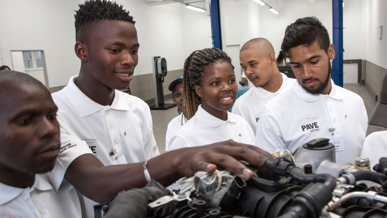 First trainees of the Porsche Training and Recruitment Center South Africa, workshop, Cape Town, 2017, Porsche AG