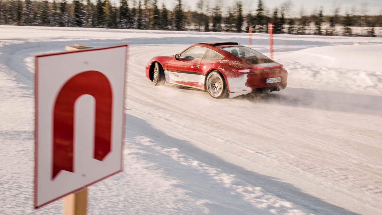 在芬兰Levi举行的保时捷凌驾风雪活动中的911 Carrera 4S