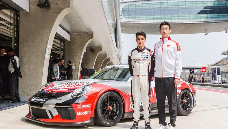 脱颖而出的16岁保时捷中国青年车手陆文龙与武大靖在新款保时捷911 GT3 Cup前合影