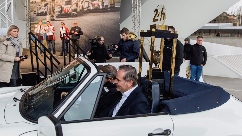 Fritz Enzinger, Oliver Blume, l-r, Le-Mans-Trophäe, Porsche Museum, 2017, Porsche AG